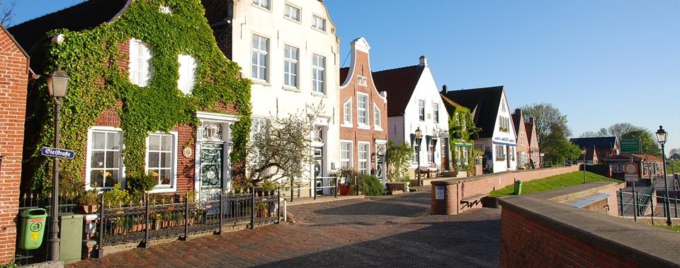 Blick auf einige, historische Häuser im Ortskern von Greetsiel